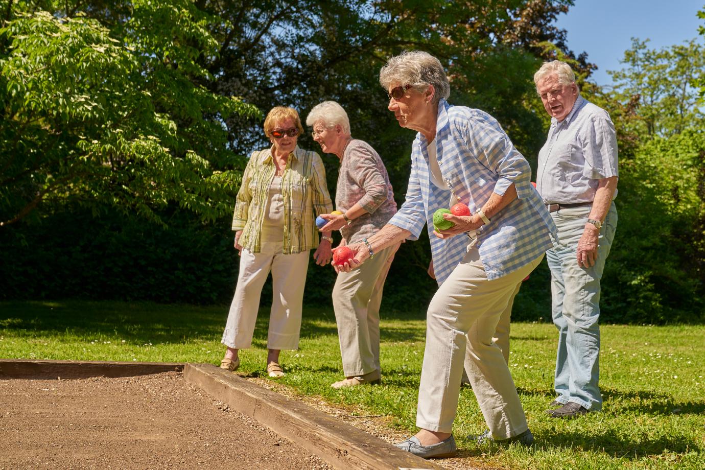 Aktiv leben: Boule-Spiel im Park