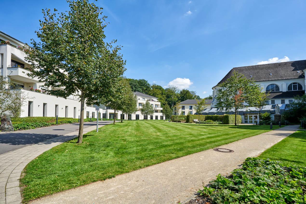 Grüner Innenhof zwischen Service-Wohnen und Altbau